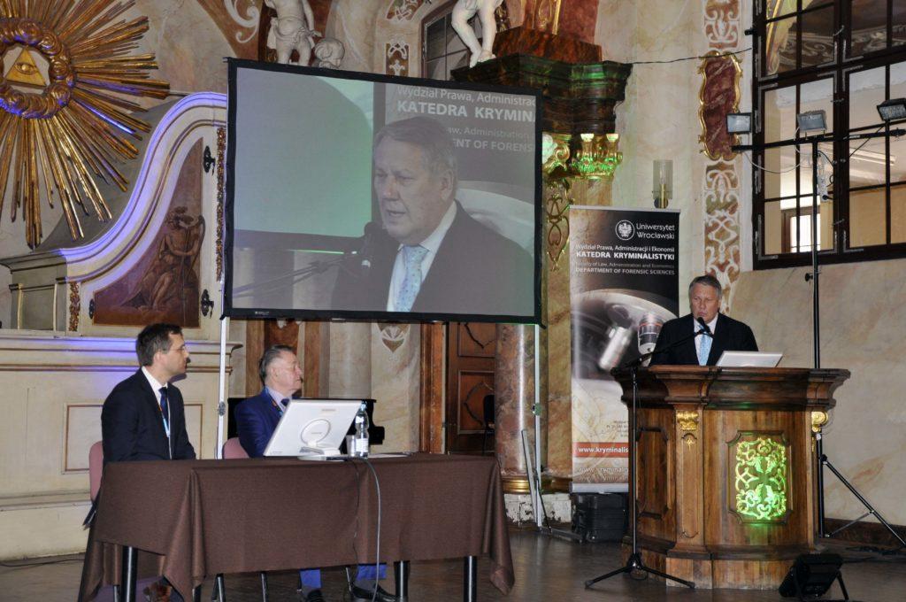 Выступление с докладом  в ходе пленарного заседания на Симпозиуме